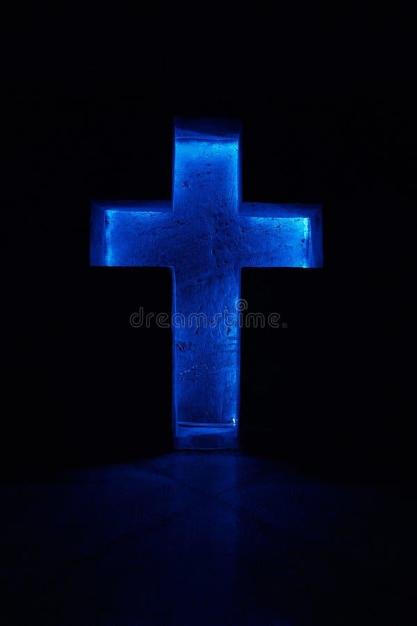 Croix bleue dans un catedral photos libres de droits