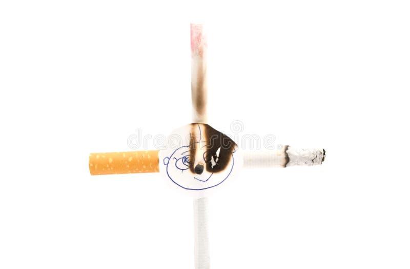 Croix brûlante de deux cigarettes photo libre de droits