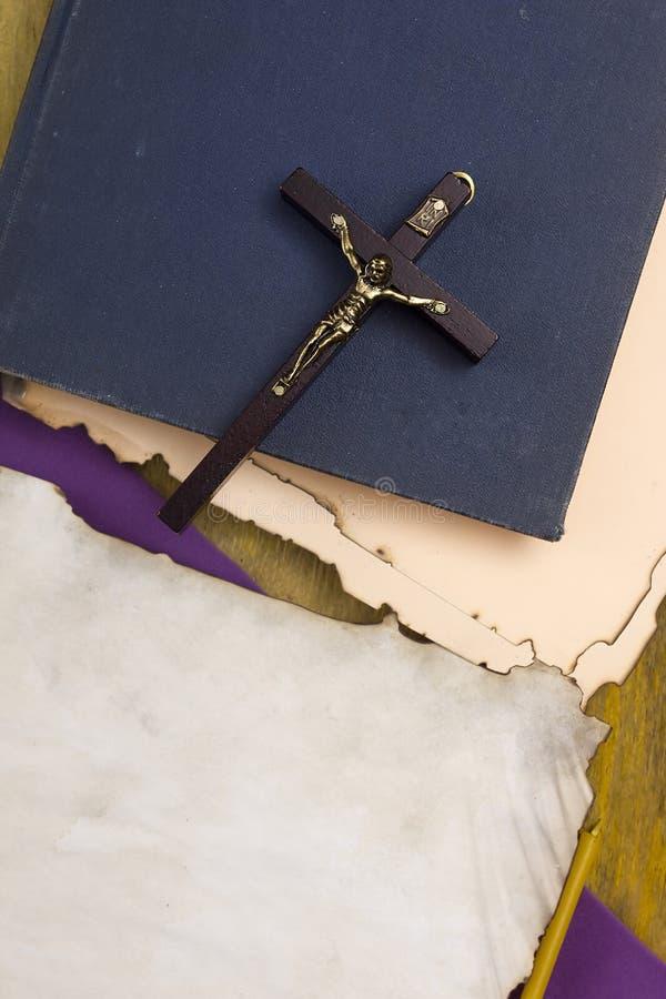Croix catholique avec un crucifix sur des manuscrits photographie stock libre de droits