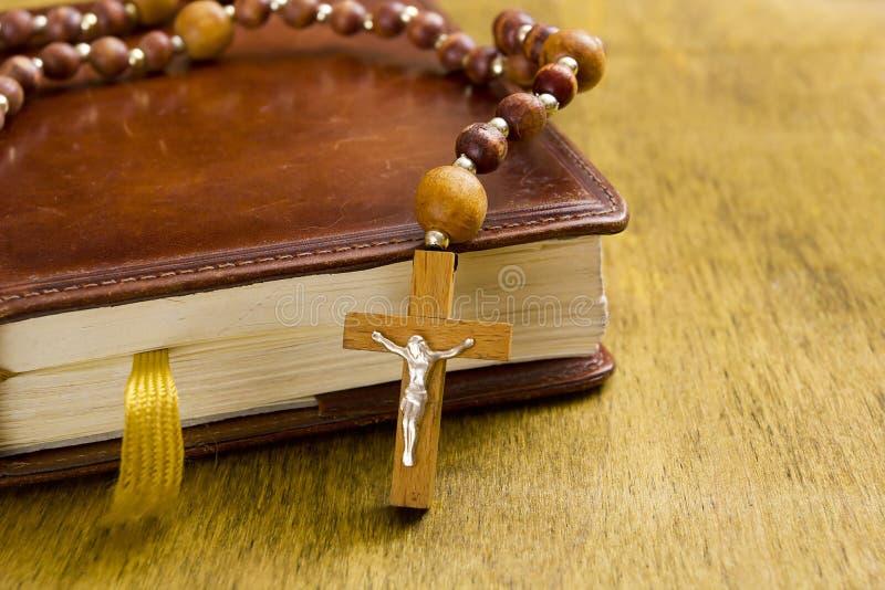 Croix catholique sur le livre photos libres de droits