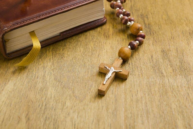 Croix catholique sur le livre photo stock