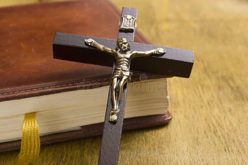 Croix catholique sur le livre images stock