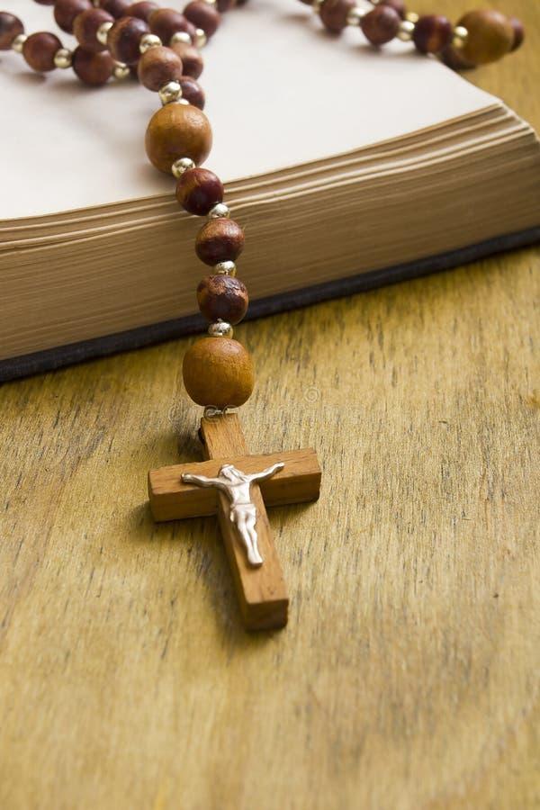 Croix catholique sur le livre photographie stock