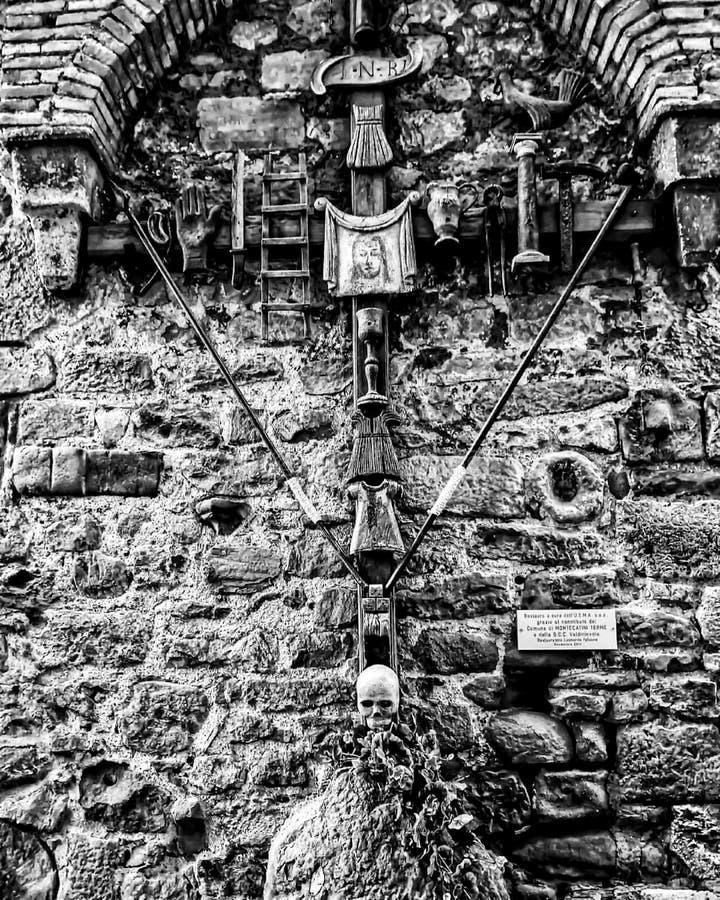 Croix chrétienne étrange dans un village médiéval photographie stock libre de droits