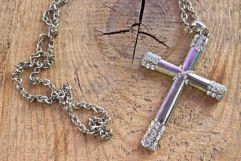 Croix chrétienne argentée avec de petits diamants image stock