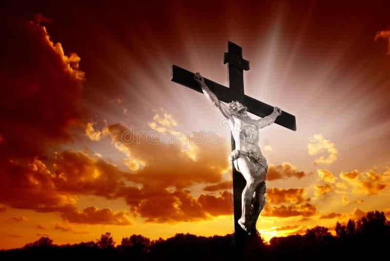 Croix chrétienne dans le lever de soleil photo libre de droits