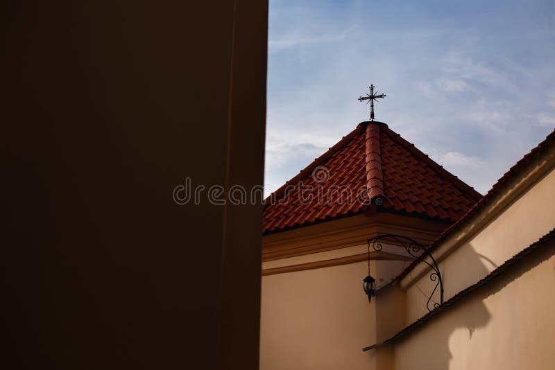 Croix chrétienne de symbole sur le toit image stock