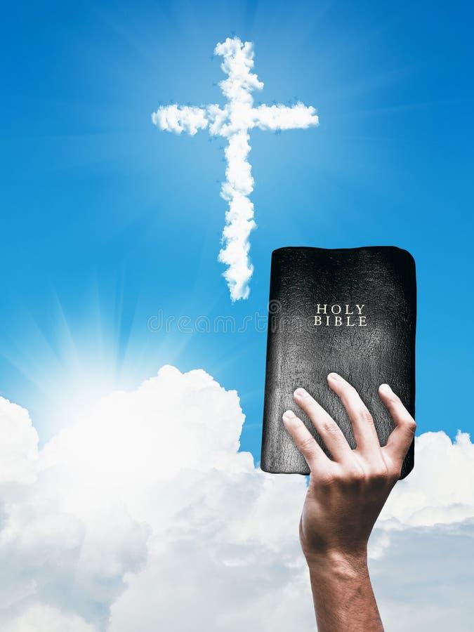 Croix chrétienne et main de nuage blanc avec la bible photo libre de droits