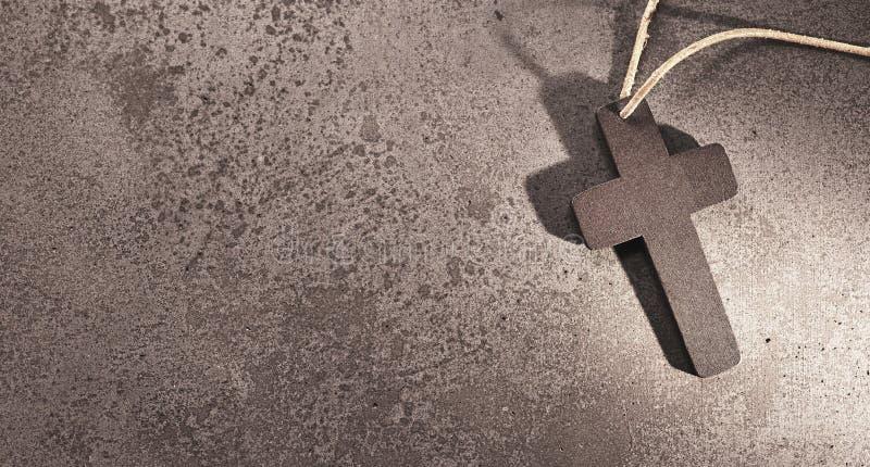 Croix chrétienne sainte sur le fond en pierre pour la carte funèbre photo libre de droits