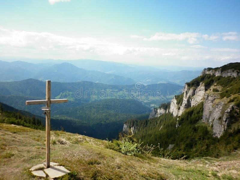 Croix chrétienne sur la montagne image libre de droits