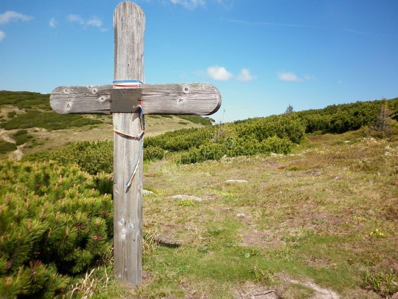 Croix chrétienne sur la montagne photos libres de droits