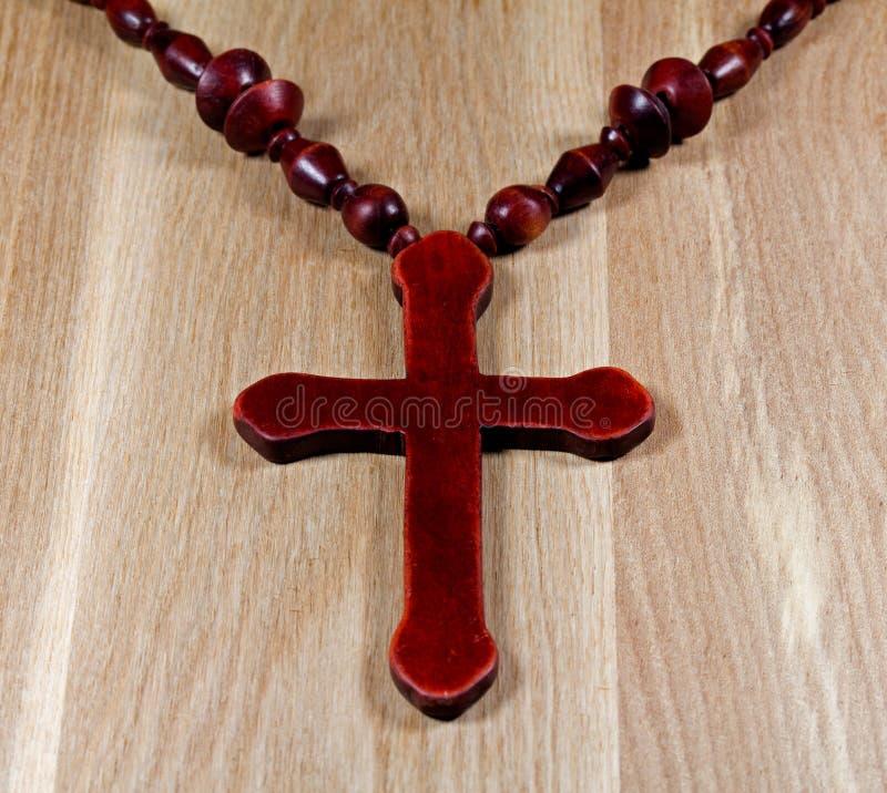 Croix chrétienne sur la surface en bois photographie stock