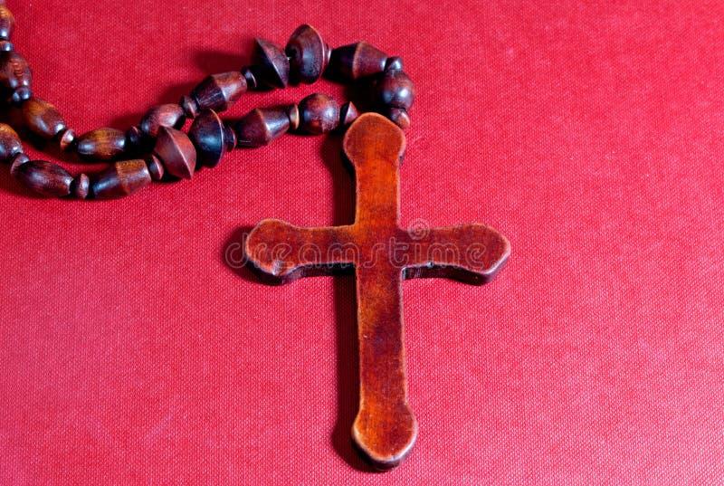 Croix chrétienne sur le carton rouge images stock