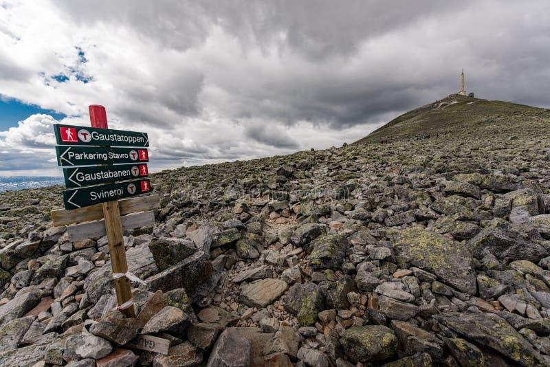 Croix chrétienne sur le chemin jusqu'au dessus de Gaustatoppen photographie stock libre de droits