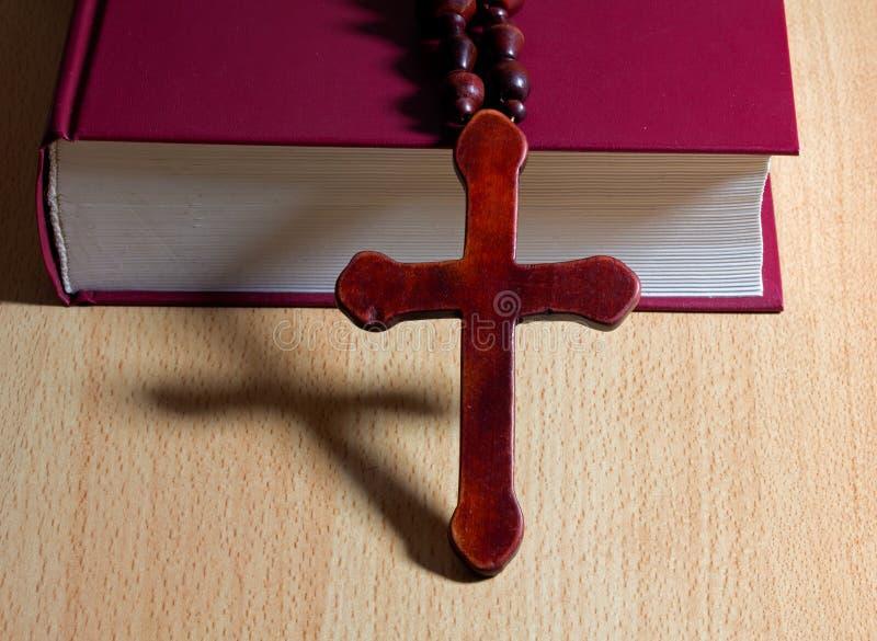 Croix chrétienne sur un livre image stock