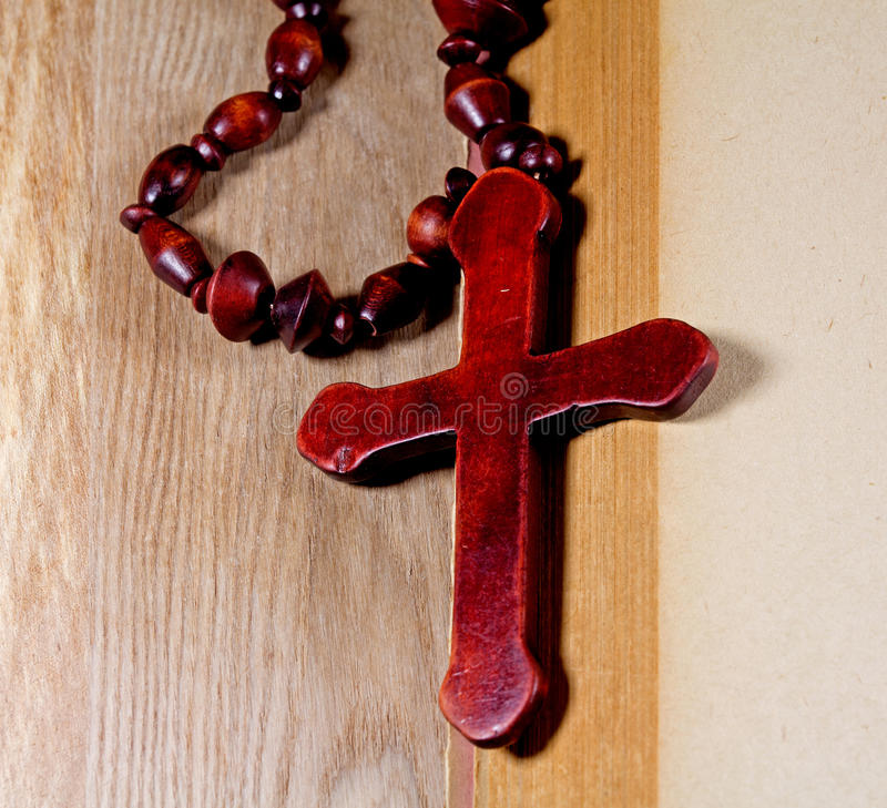 Croix chrétienne sur un livre photo stock