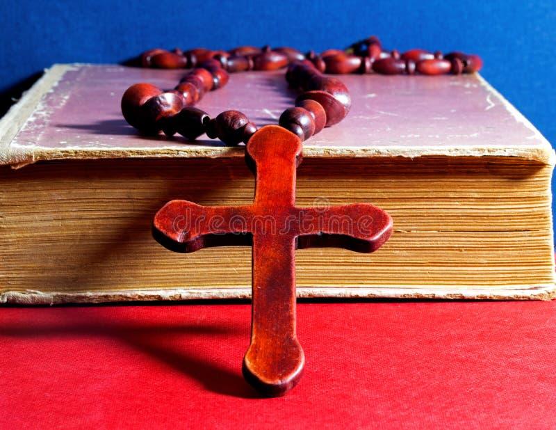 Croix chrétienne sur un livre photo libre de droits