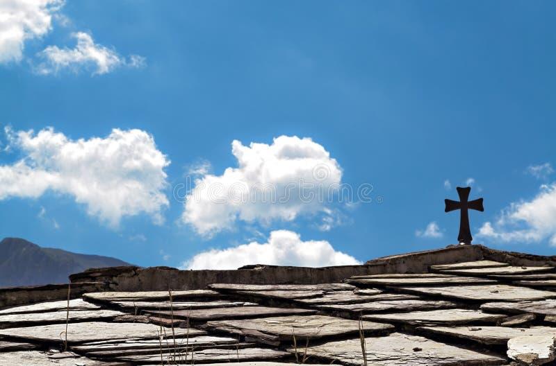Croix chrétienne sur un toit image stock