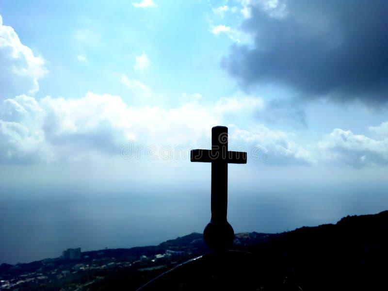 Croix commémorative sur une haute montagne photographie stock
