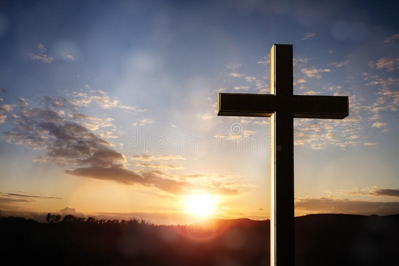Croix crucifix au coucher du soleil, crucifixion de Jésus-Christ images stock