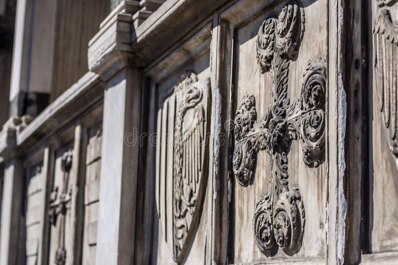 Croix décorative - détail architectural sur la façade de la basilique photos stock