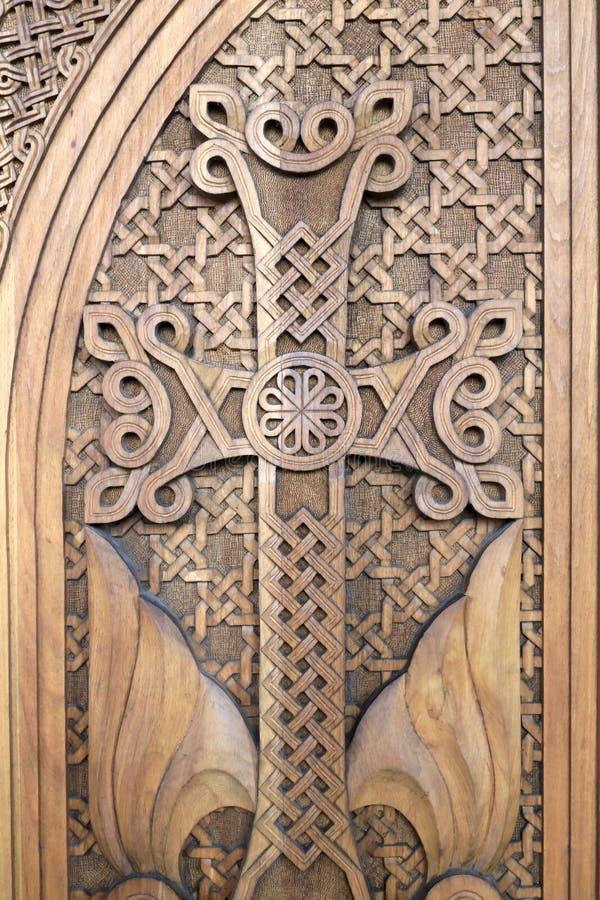 Croix découpée sur la porte en bois photographie stock