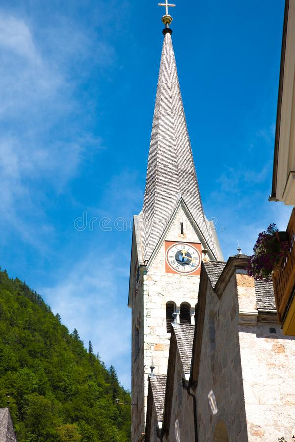 Croix d'église de Hallstadt Autriche de village photo libre de droits