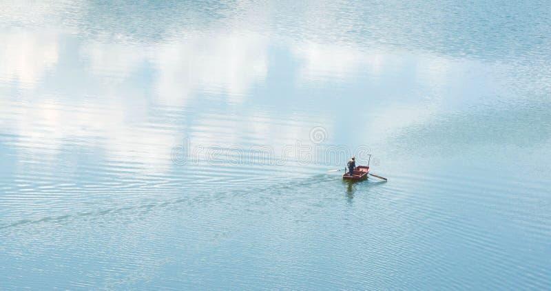 Croix d'aviron une rivière bleue dans le marécage image libre de droits