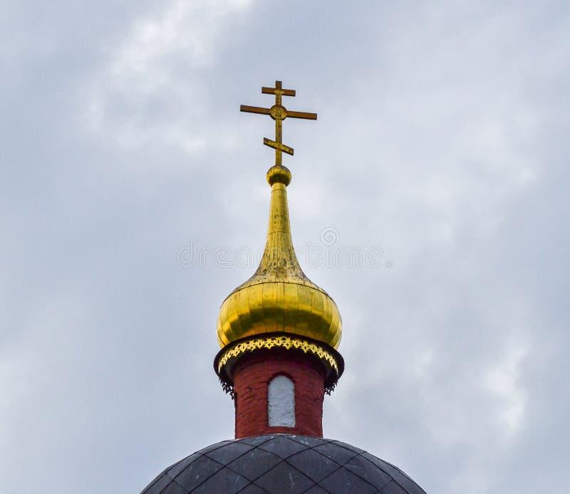 Croix d'or sur le dôme de l'église orthodoxe Dans la perspective d'un ciel nuageux image libre de droits