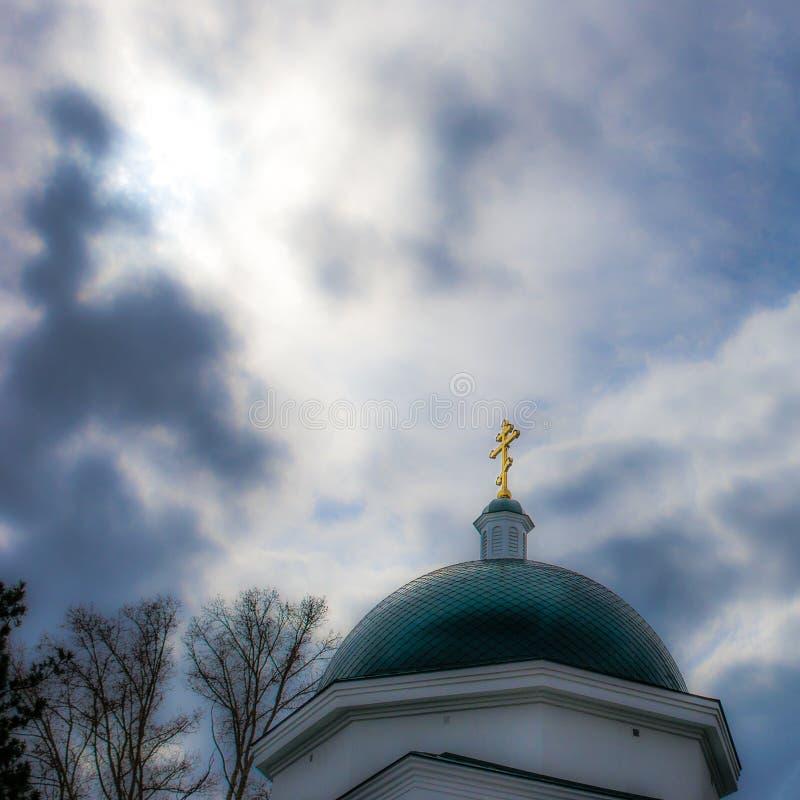 Croix d'or sur le dôme d'une église de Christian Orthodox contre photo libre de droits
