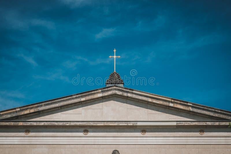 Croix d'or sur le toit d'église - église chrétienne photos stock