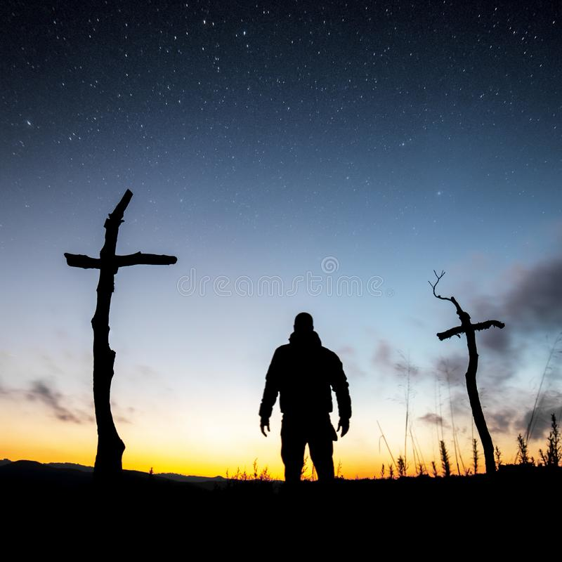 Croix dans la for?t photographie stock libre de droits