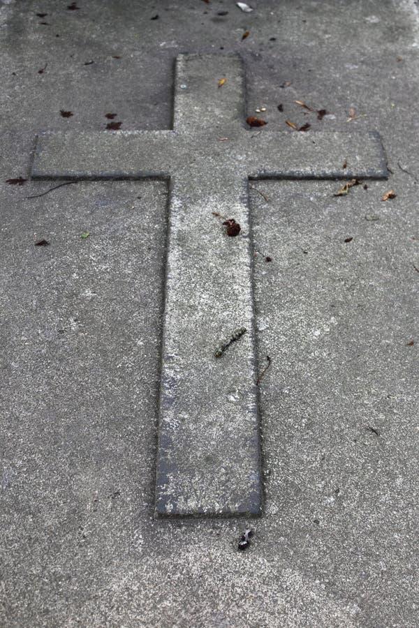 Croix dans une pierre tombale photographie stock libre de droits