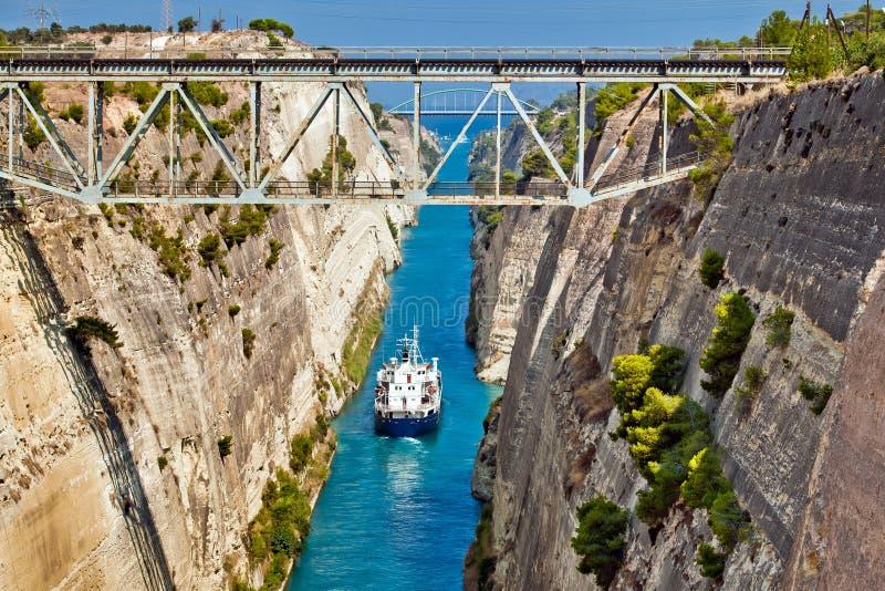 Download Croix De Bateau Le Canal De Corinthe Photo stock - Image du horizontal, architecture: 77160890