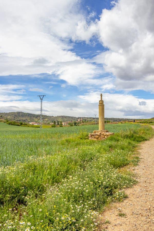 Croix de bord de la route avec des coquilles de feston sur le chemin de St James, Camino De Santiago près de Ventosa dans La Rioj images libres de droits