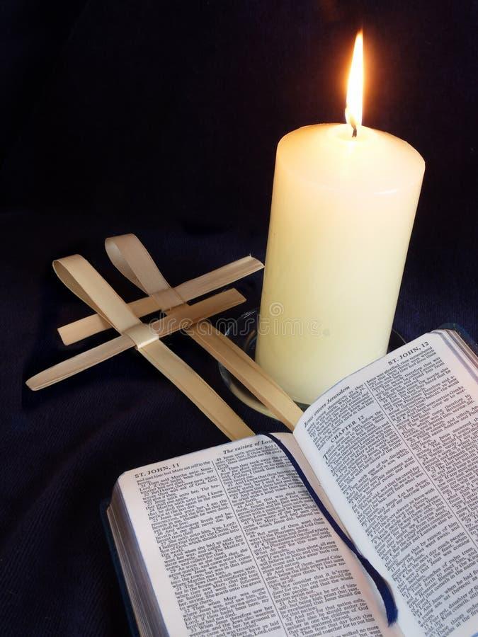 Croix de bougie, de bible et de paume photos stock