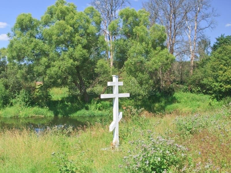 Croix de culte par la rivière Istra (Jordanie) Istra, région de Moscou, Russie photos libres de droits