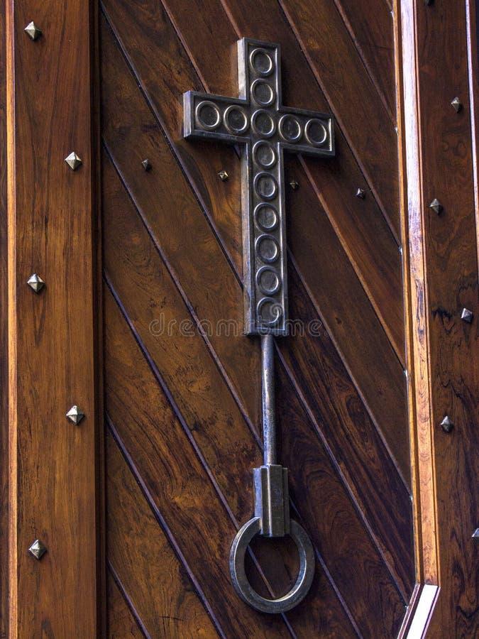 Croix de fer dans la porte en bois photo stock