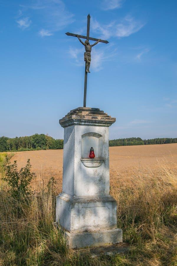 Croix de fer de Jésus, typique dans la campagne rurale tchèque photo stock