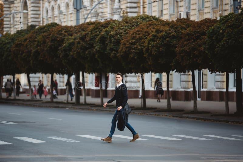 Croix de jeune homme la rue photographie stock libre de droits