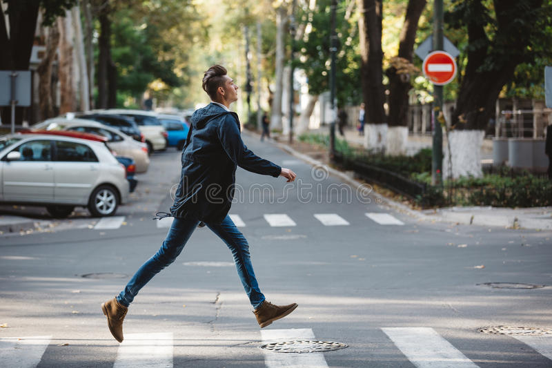 Croix de jeune homme la rue image stock
