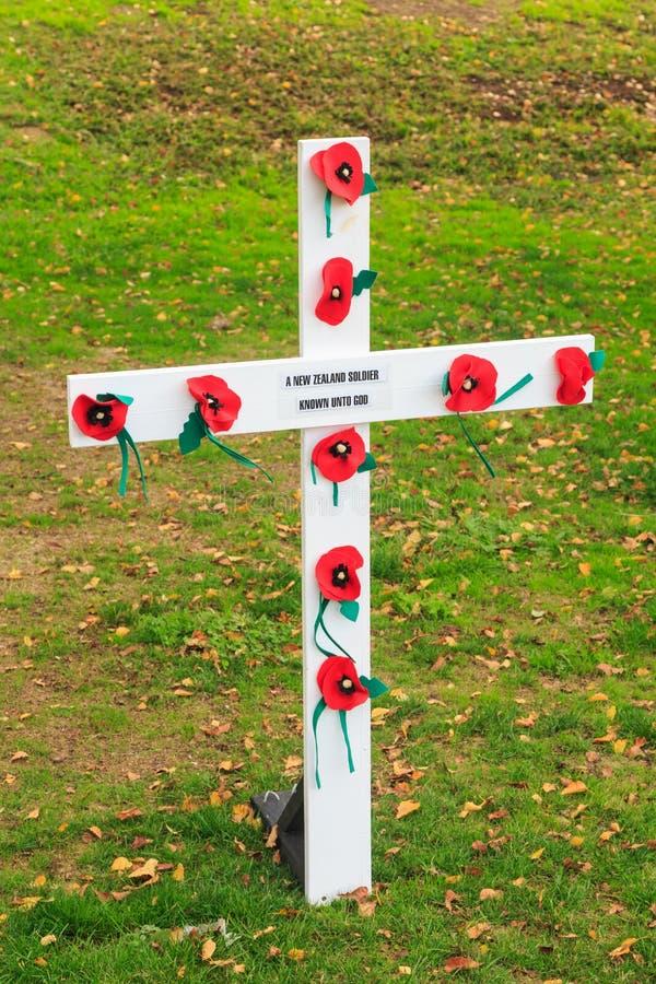 Croix de jour de souvenir d'Anzac avec des pavots images libres de droits