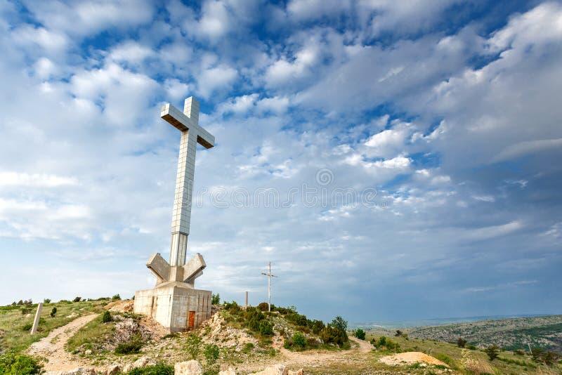 Croix de Mostar sur la colline de bourdonnement, Bosnie images libres de droits