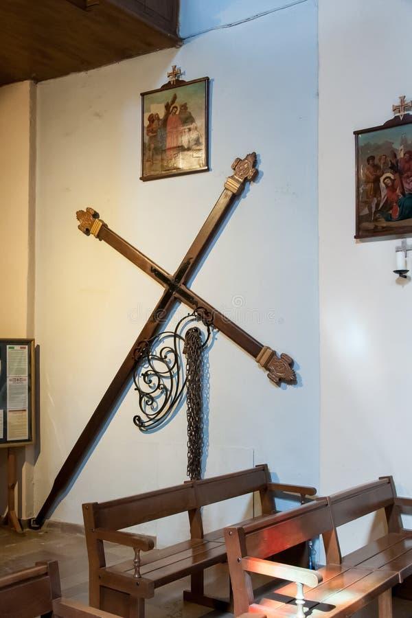 Croix de Pâques avec des chaînes pour le défilé de fête photos libres de droits