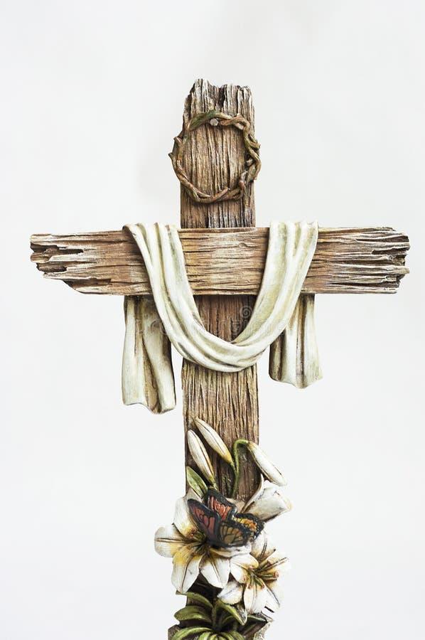 Croix de Pâques avec des fleurs de Pâques photo libre de droits
