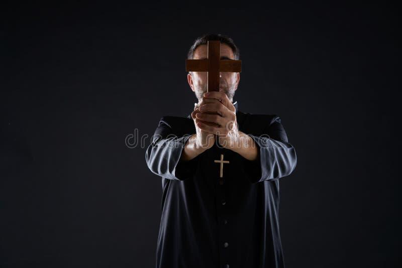 Croix de participation de prêtre de la prière en bois photo stock