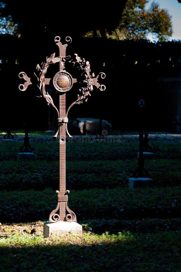 Croix de tombe sur le cimetière d'Aquileia photos stock