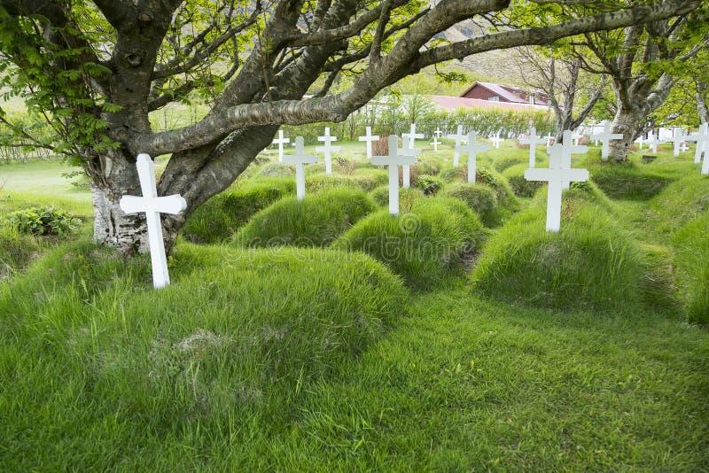 Croix en bois blanches dans le cimetière du 19ème siècle historique de Hof image stock