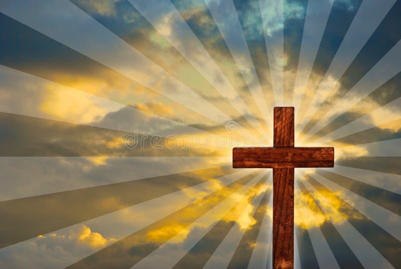 Croix en bois brillante en ciel images stock