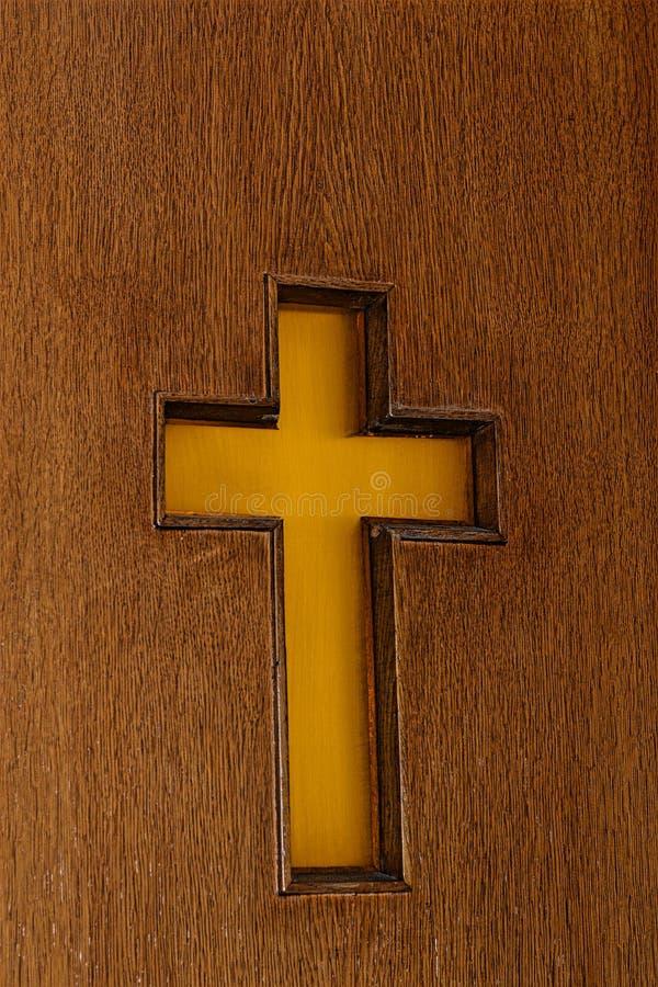 Croix en bois découpée sur une porte d'église photos libres de droits
